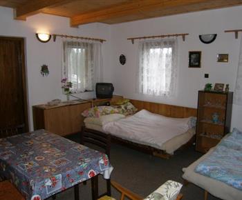 Obytný pokoj s lůžky a televizí