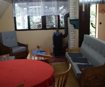 Společenská místnost se sedací soupravou a televizí