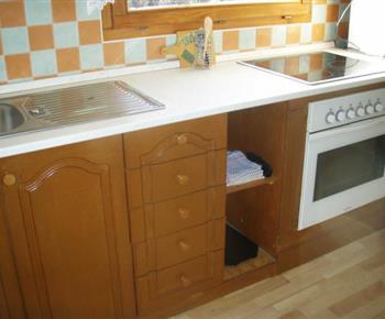 Kuchyně se sporákem, lednicí, mikrovlnou troubou a varnou konvicí