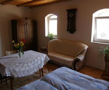 Pokoj s lůžky a sedací soupravou