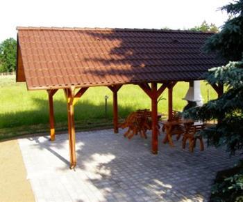 Velká a pěkně upravená zahrada se zastřešenou pergolou a posezením