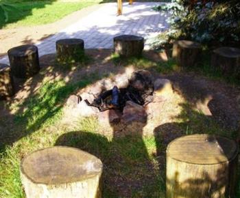 Otevřené ohniště s pařezy k posezení