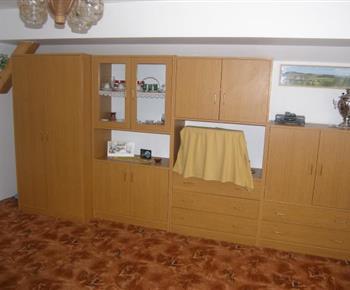 Obývací pokoj s obytnou stěnou