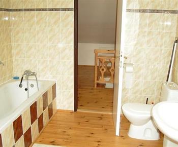Koupelna ve vile C s vanou, toaletou a umývadlem