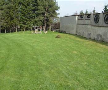 Velká zahrada s udržovaným trávníkem, ovocnými stromy, okrasnými jezírky, ohništěm a posezením