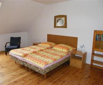 Podkrovní ložnice ve vile A