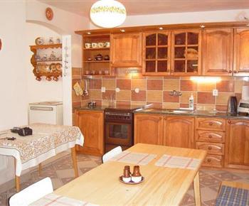 Plně vybavená kuchyně a jídelna ve vile A