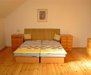 Ložnice s dřevěným nábytkem ve vile B