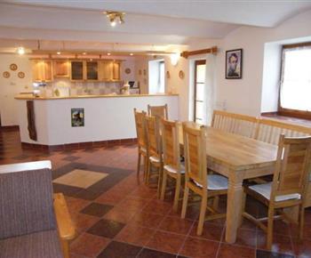 Plně vybavená kuchyně s barem a výčepním zařízením na pivo ve vile B