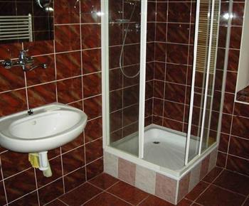 Sociální zařízení se sprchovým koutem a umývadlem ve vile B