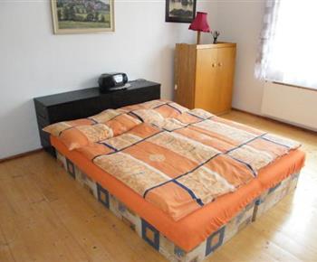 Jeden ze tří dvoulůžkových pokojů ve vile C