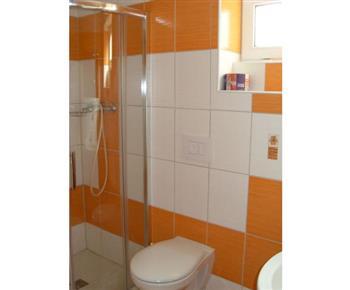 Nově zbudované sociální zařízení se sprchou, umyvadlem a WC