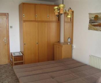 Ložnice A s lůžky a obytnou stěnou