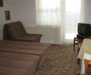 Ložnice C s lůžky, křeslem a televizí