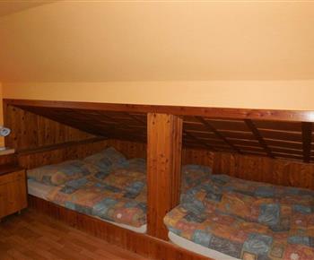 Ložnice C s lůžky, stolem a židlemi