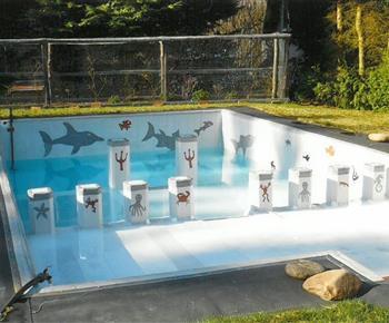 Bazén na zahradě před úplným napuštěním