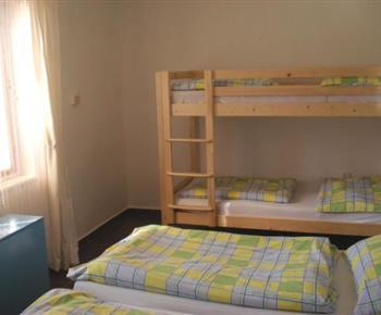 Ložnice s manželskou a patrovou postelí