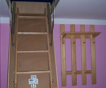 Z růžového apartmánu je výsuvné schodiště do mezonetu