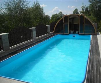 Bazén na zahradě apartmánového domu