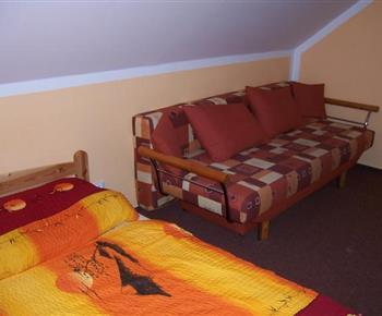 Oranžový apartmán s lůžky a rozkládací pohovkou