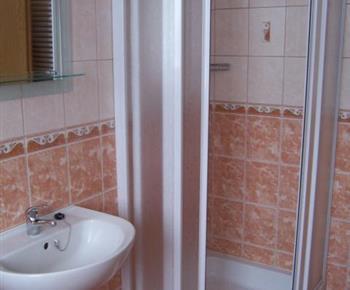 Oranžový apartmán se sprchovým koutem, umývadlem a toaletou