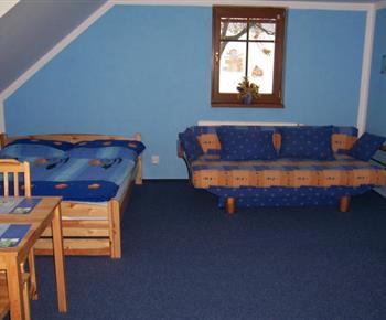 Modrý apartmán s lůžky, rozkládací pohovkou, stolem a židlemi