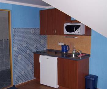 Modrý apartmán s menší kuchyní, ledničkou, elektrickým vařičem