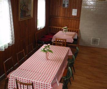 Jídelní kout se stoly a židlemi