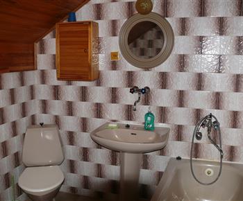 Sociální zařízení s vanou a umyvadlem
