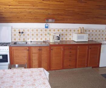 Pohled na prostornou kuchyň