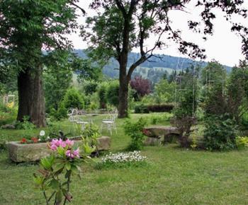Pohled na zahradu s posezením