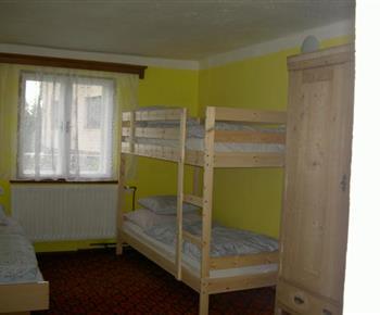 Pokoj s lůžkem, patrovou postelí a skříní