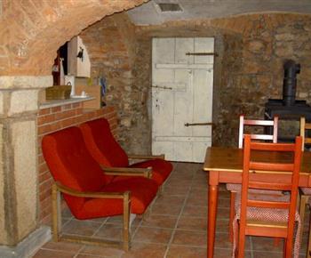 Velká společenská místnost s vinárnou, stoly, židlemi, kulečníkem a kamny