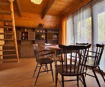 Společenská místnost s kuchyňským koutem a vstupem na balkon