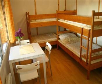Pokoj s palandami, židlemi, stolkem a terasou