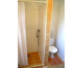 Společné příslušenství - sprcha se závěsem a toaleta