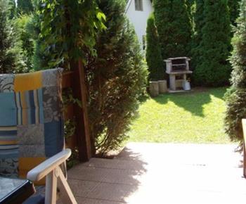 Zahrada s venkovním posezení a grilem