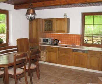 Kuchyně se sporákem, lednicí, mikrovlnou troubou, myčkou a varnou konvicí