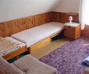 Pohled do ložnice s lůžky