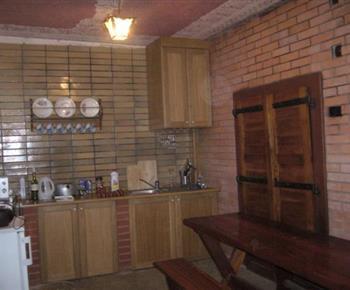 Dolní apartmán - kuchyně s jídelnou, lednicí, mikrovlnou troubou a vařičem