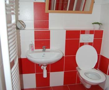 Dolní apartmán - sociální zařízení s toaletou a umývadlem