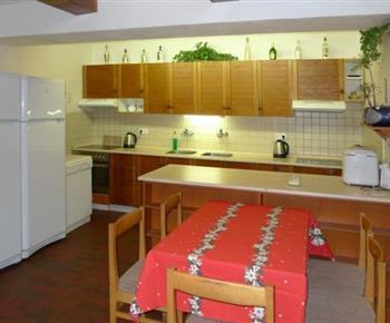 Kuchyně se sporákem, lednicí, myčkou, domácí pekárnou, varnou konvicí