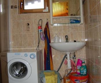Sociální zařízení s pračkou a umývadlem