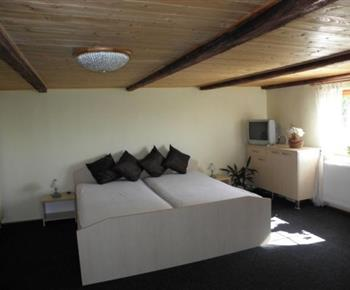 Pokoj s manželskou postelí a televizí