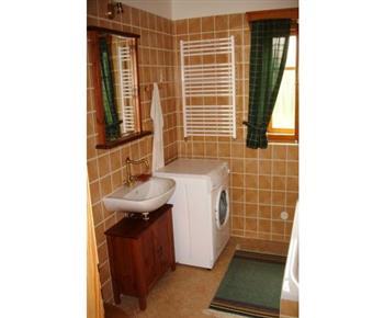 Koupelna A s vanou, umývadlem, toaletou a pračkou
