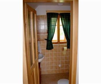 Koupelna B se sprchovým koutem, umývadlem a toaletou