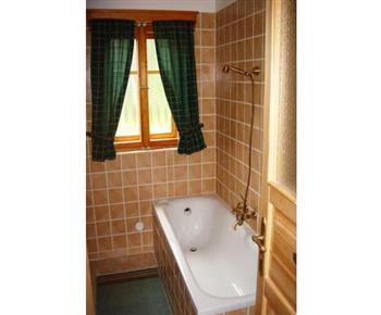 Koupelna A s vanou, umývadlem a toaletou