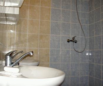 Koupelna se sprchvým koutem, umývadlem a zrcadlem