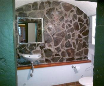 Toaleta s umyvadlem