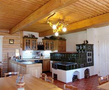 Kuchyně se sporákem, lednicí, myčkou a kachlovou pecí